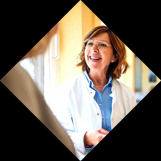 Lächelnde Ärztin mit Tablet in der Hand